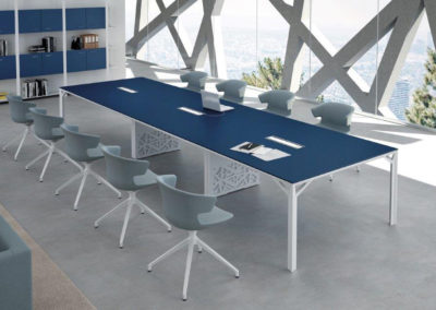X8 : table de réunion avec caissons techniques